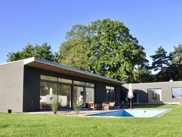 Studio/Spaces: Flachdach Bungalow mit großem Außenbereich und Pool.