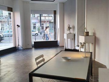 Studio/Spaces: Galerie erstererster  - Eckladen mit viel Glasflächen in PBerg